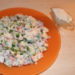 Овощной салат с творожно-чесночным соусом