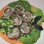 Рулет из свиной лопатки с зеленью