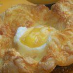Запеченное яйцо с сыром